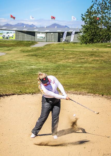 Særós Eva Óskarsdóttir, GR, slær úr glompu við 9. flöt á Garðavelli.  Mynd/seth@golf.is