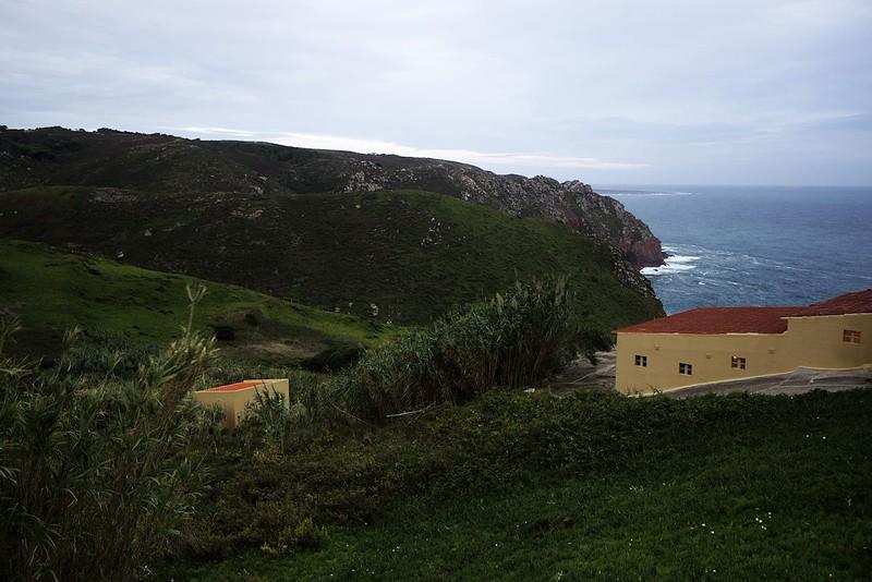 Konečně na Cabo da Roca, nejzápadnějším výběžku pevninské Evropy a jedním ze dvou konců světa, na které jsme při portugalském putování zavítali. Pohled směrem na jih. Dorazili jsme sem bohužel až po západu slunce, takže světelné podmínky pro focení nic moc. Na druhou stranu, i kdybychom bývali dorazili dřív, moc by to nepomohlo, už asi dvě hodiny před západem se celkem zatáhlo. Ale fotografujete-li jen jako turista, nemáte zkrátka možnost si vybírat.