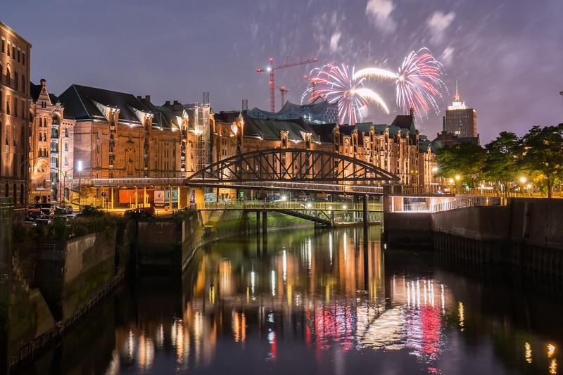 Hamburg Zollkanal Speicherstadt mit Feuerwerk bei Nacht