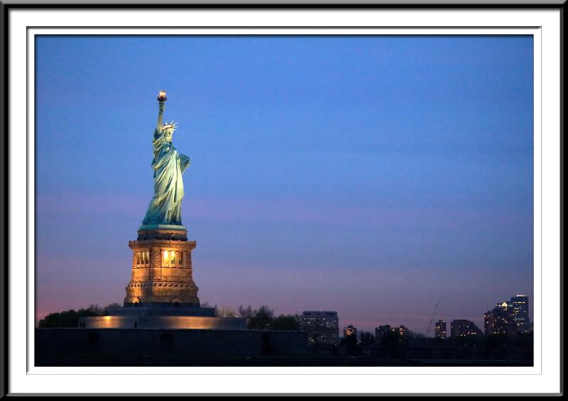 Statue of Liberty and skyline at night (59985398).jpg
