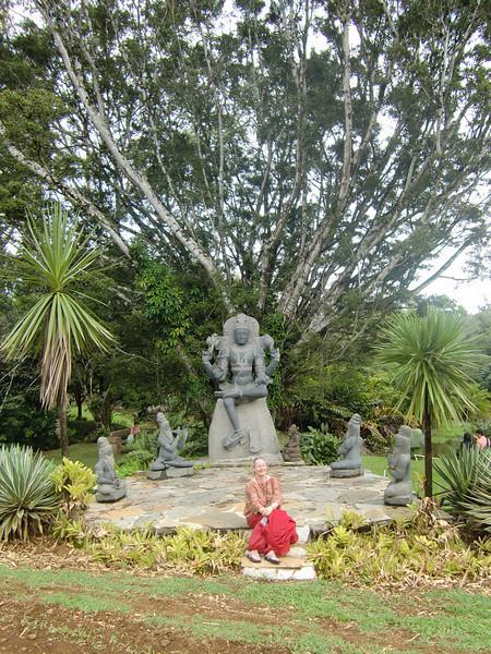48-Foran statuen av Shiva ved tempelet.JPG