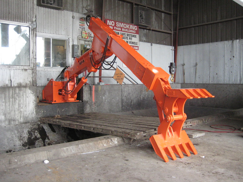 NPK B600 telescopic pedestal boom system-material handling system with grapple for waste transfer stations (sn 1N9076) (2).jpg