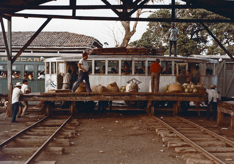 This transverse flatcar arrangement was used at Sitio del Nino to transfer freight and baggage between trains .