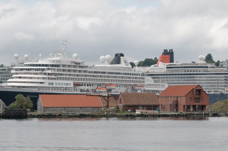 Im linken der Gebäude im Vordergrund wird im Sommer Theater gespielt. Dahinter die Prinzendam. Ein wirklich elegantes Schiff aus Holland.