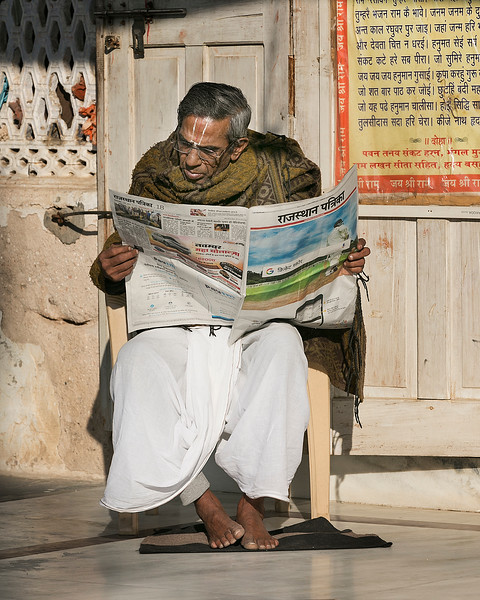 024_ReadingNewspaperRanjiTemple_35A4685.jpg