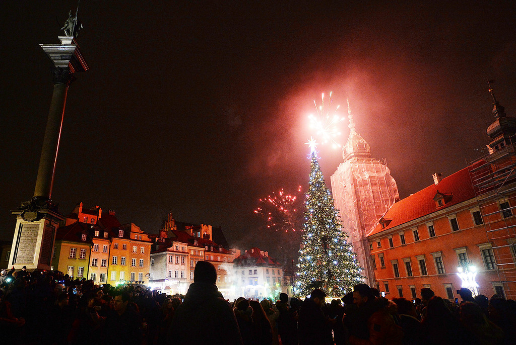 . Fireworks explode in the sky above the Royal Castle during the New Year\'s Eve celebrations in Warsaw, Poland, Monday, Jan. 1, 2018.(AP Photo/Czarek Sokolowski)