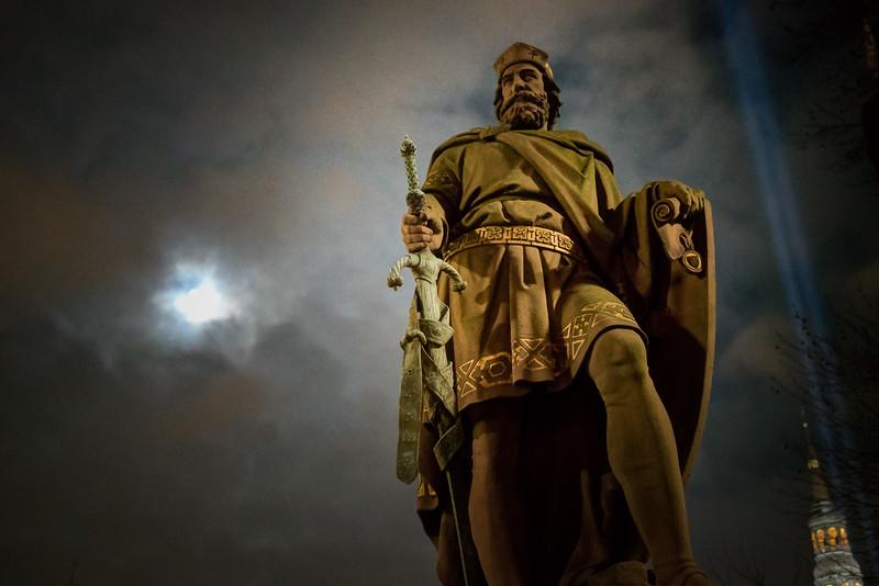 Statue auf einer Brücke in Hamburg mit Mond in der Nacht auf der Rolandsbrücke
