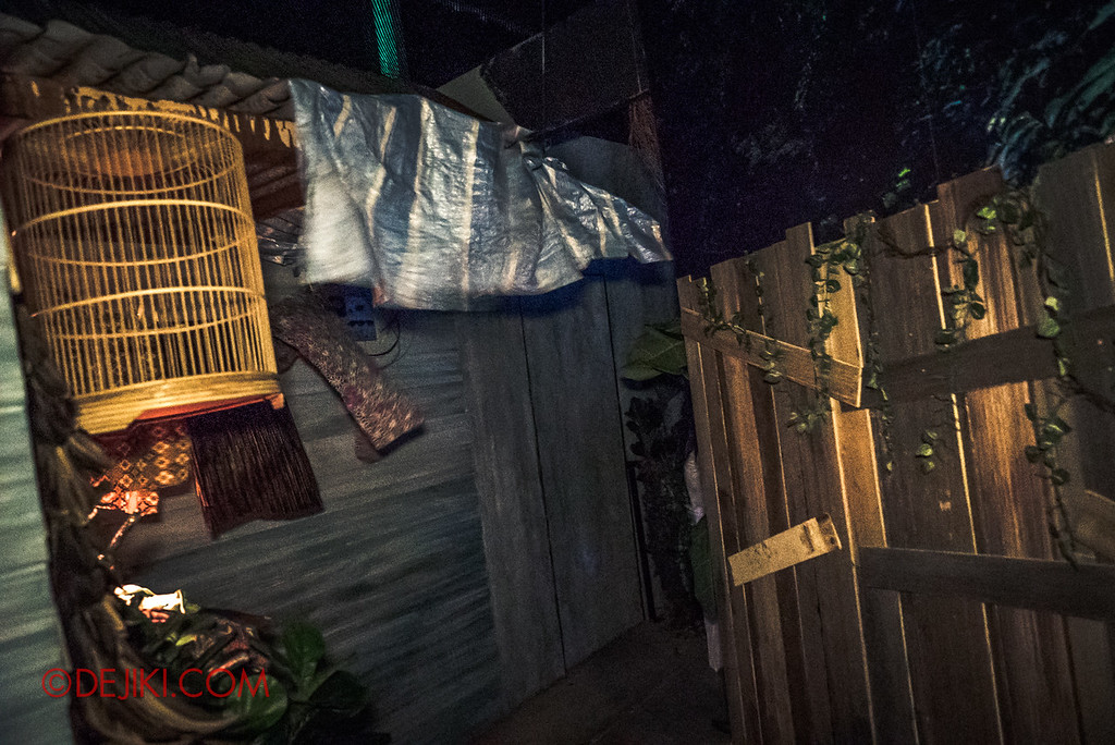 USS Halloween Horror Nights 8 – Pontianak haunted house – Scares from the back alley 3 flapping laundry
