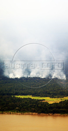 Aerial view of a fire in the Amazon rain forest. (Australfoto/Ivan Canabrava)