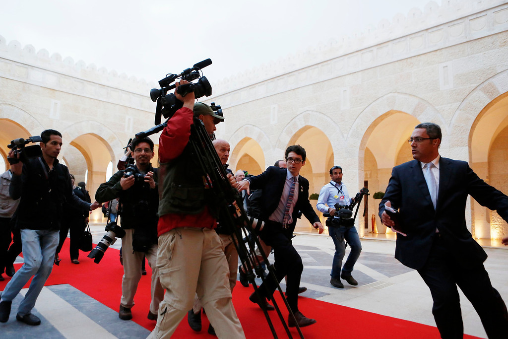 . Members of the press following U.S. President Barack Obama rush towards a meeting hosted by Jordan\'s King Abdullah II at Al Hummar Palace in Amman, Jordan, March 22, 2013.    REUTERS/Larry Downing