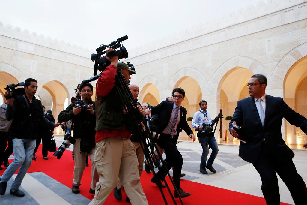 . Members of the press following U.S. President Barack Obama rush towards a meeting hosted by Jordan\'s King Abdullah II at Al Hummar Palace in Amman, Jordan, March 22, 2013.    REUTERS/Larry Downing