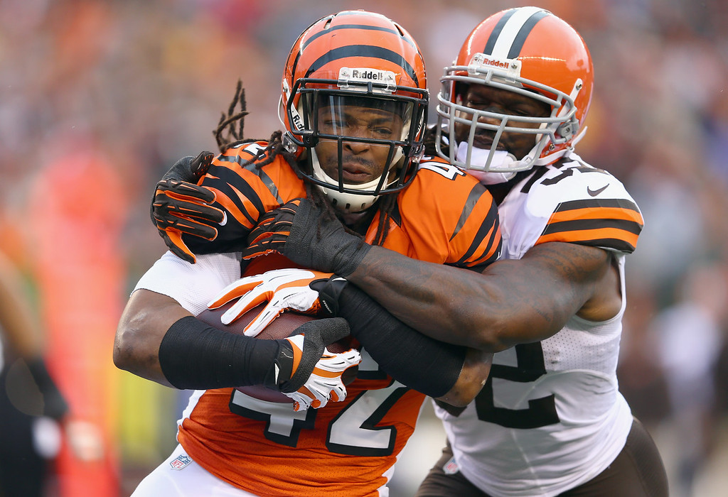 . BenJarvis Green-Ellis #42 of the Cincinnati Bengals runs with the ball while defended by D\'Qwell Jackson #52 of the Cleveland Browns during the game at Paul Brown Stadium on November 17, 2013 in Cincinnati, Ohio.  (Photo by Andy Lyons/Getty Images)