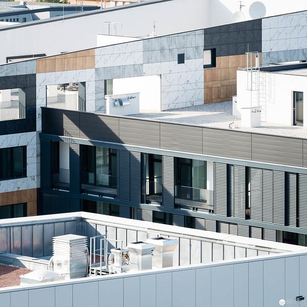 Blick vom Helikopterlandeplatz auf umliegende Hochhäuser (die alle niedriger sind)