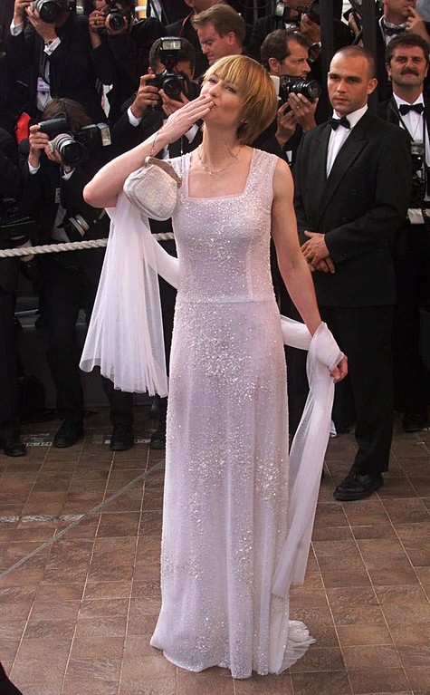 ". American actress Holly Hunter arrives for the screening of the film ""Cradle Will Rock,\"" which is in competition, at the 52nd Cannes Film Festival in Cannes, France, Tuesday, May 18, 1999.(AP Photo/Lionel Cironneau)"