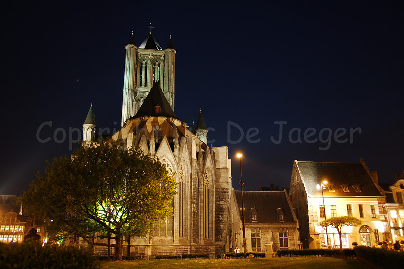 Evening shot of the backside of the St Niklaaskerk (Church of St Nicolas). Captured from the Emile Braunplein.