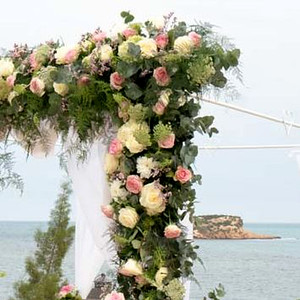 21385 Vertical guirlande flower arrangement