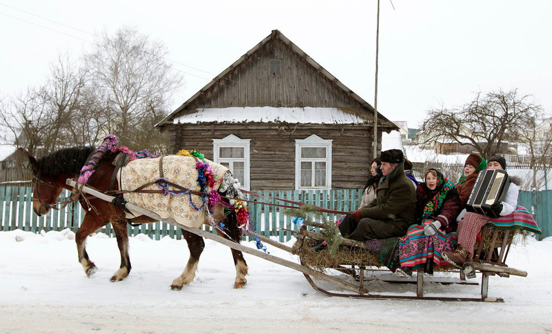 ". People sing Christmas carols, known locally as \""Kolyadki\"", in the village of Zhazhelka, some 48 km (30 miles) east of Minsk, January 7, 2013.  REUTERS/Vasily Fedosenko"