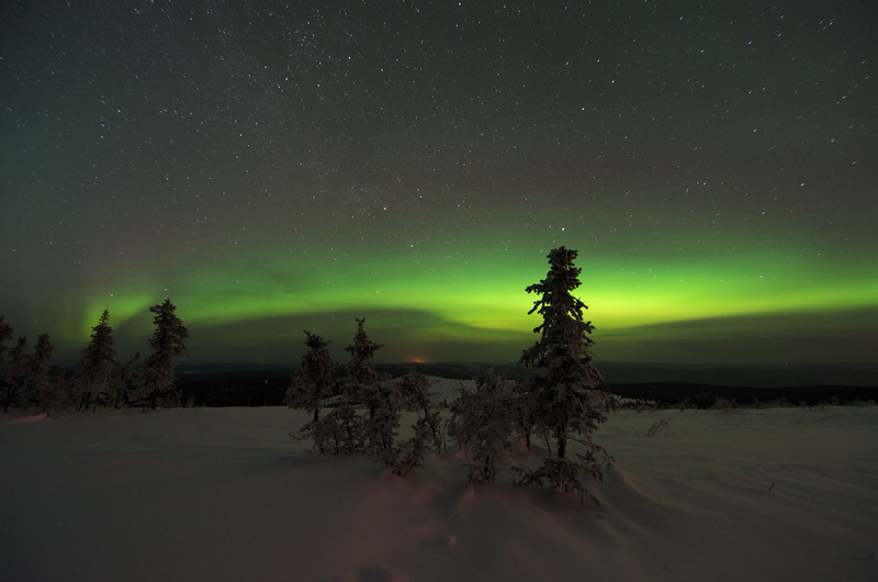 A bit of aurora comes out and hugs the horizon.