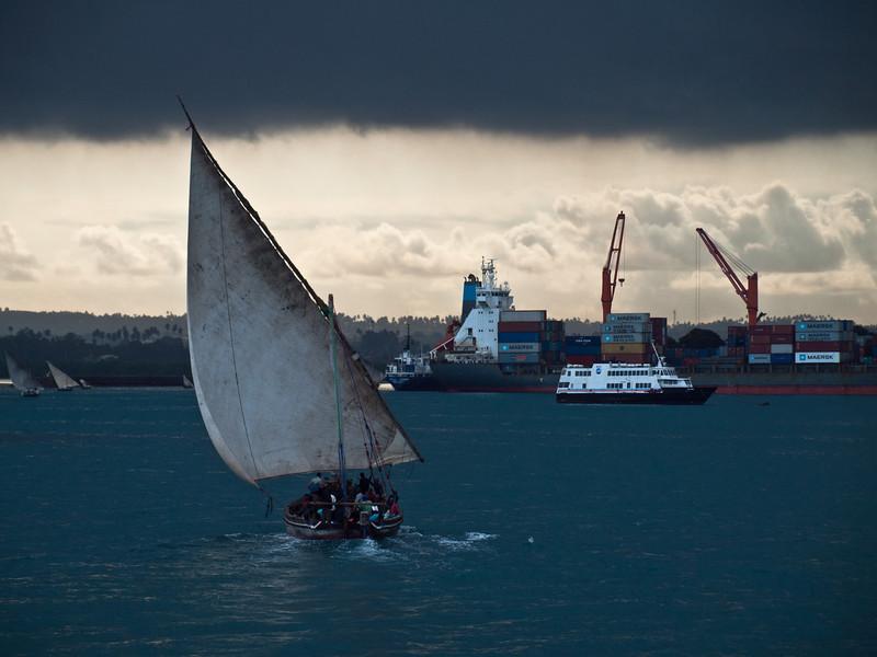 Faluccaer på vei mot Stone Town hav på Zanzibar (Foto: Ståle)*+