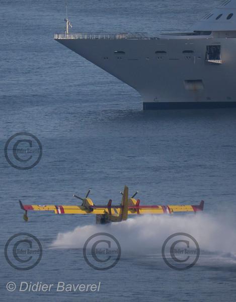 *legende* Rotation de Canadairs venus ecoper dans la rade de Villefranche sur mer.