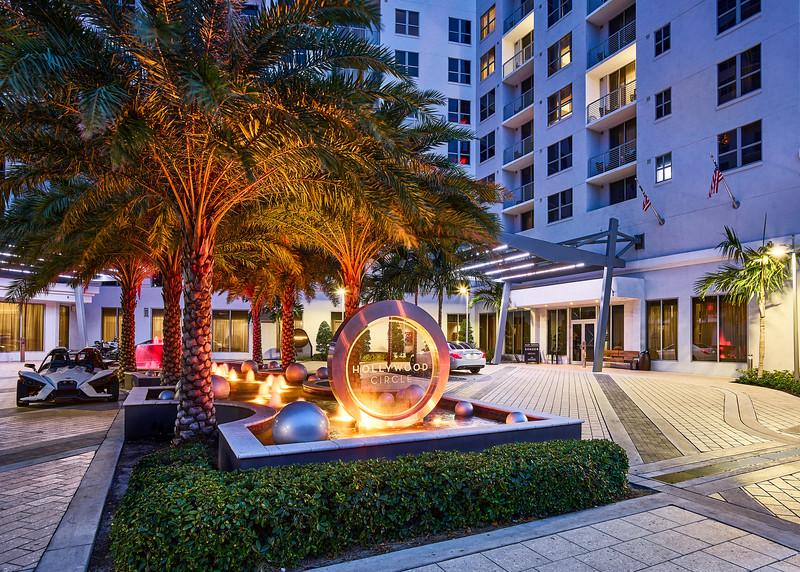 Sonder-MiamiBeach-Cirq-Front_Entrance-Evening.jpg