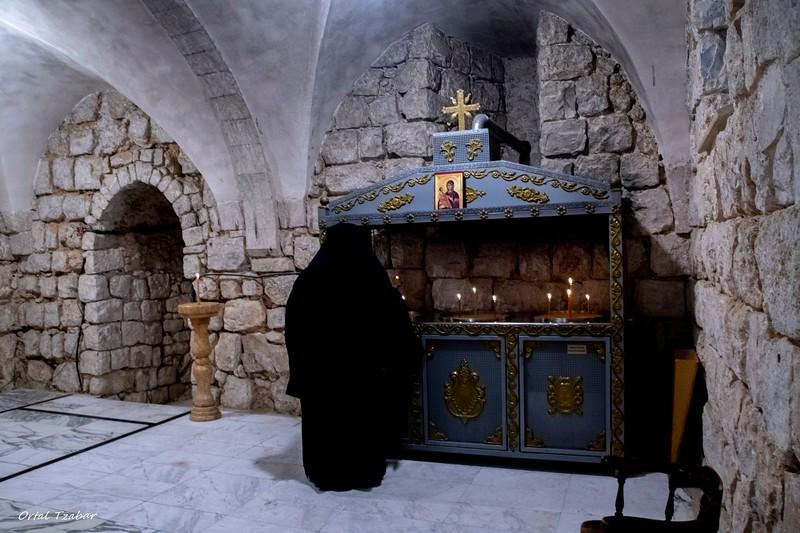 נזיר מדליק נרות.jpg