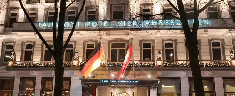 Hotel 4 Jahreszeiten am Abend Hamburg