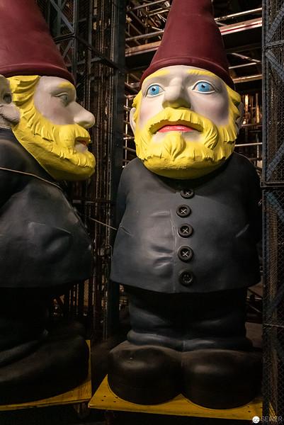 """Riesenzwerge aus """"Ein Volksfeind"""" von Henrik Ibsen in der Unterbühne des Burgtheaters"""