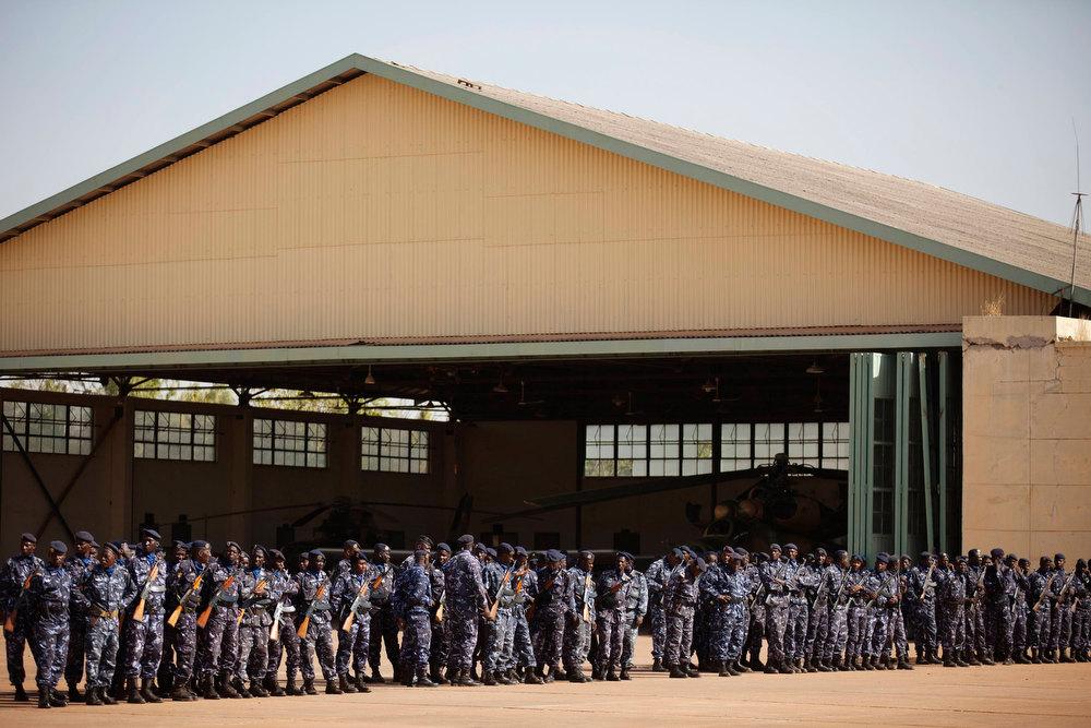 . Malian soldiers listen as Mali\'s President Dioncounda Traore speaks at a Malian air base in Bamako, Mali January 16, 2013. REUTERS/Joe Penney