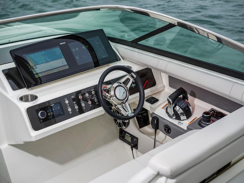 2020-SLX-R-310-outboard-helm-02.jpg