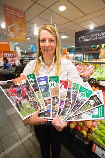 Marieke Vijverberg van de Albert Hein met plakboeken voor voetbalplaatjes - HONSELERSDIJK 26 OKTOBER 2015 - FOTO NICO SCHOUTEN