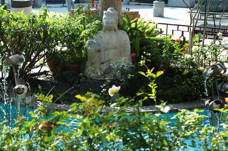 ChinatownCentralPlaza028-StatueNextToPond-2006-10-25.jpg
