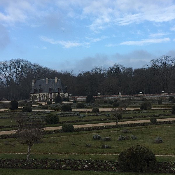 "The winter garden of  Chenonceau; despite the weather being the ""coldest you've ever felt"", the chateau will remain a warm memory. #dianedepoitier #catherinedimedici #henri2 #chateauxlyfe #hackysackinfrance #pinkhyacinths #lookbackescaliers"