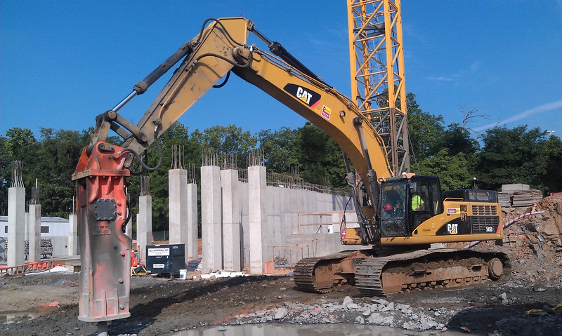 NPK GH30 hydraulic hammer on Cat 345DL excavator (2).jpg