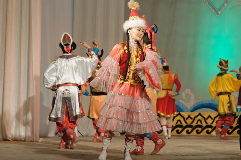 Viele bunte Kostüme von den verschiedenen Stämmen.