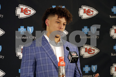 qbinwaiting-mahomes-shows-flashes-of-talent-for-chiefs