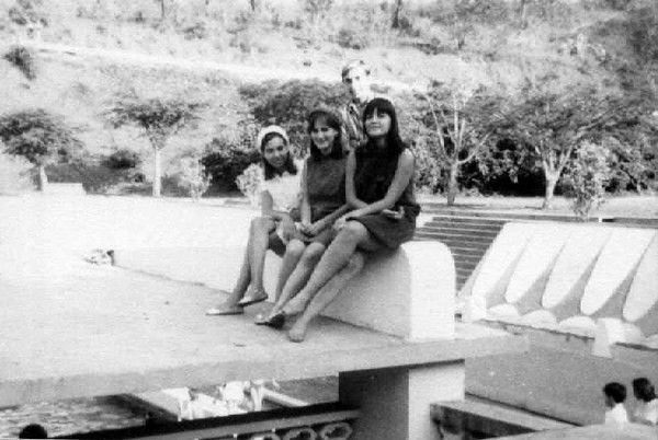"""""""Piscina Andrada"""" Misita Melo Abreu, Elza Manuel Augusto, Teresa Fontinhas e Zé Ferraz na placa que cobria a bancada da piscina"""