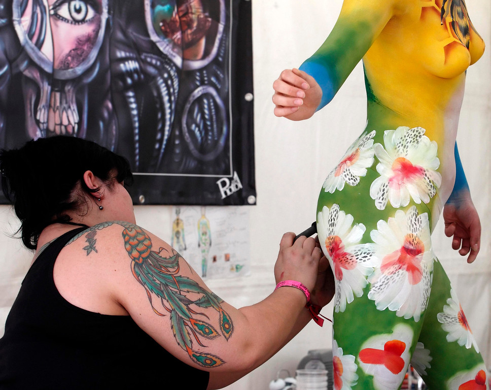 . An artist paints a model during the annual World Bodypainting Festival in Poertschach July 5, 2013. The world\'s biggest bodypainting event takes place from July 5 to 7 at lake Woerthersee in Austria\'s southern Carinthia province. REUTERS/Heinz-Peter Bader