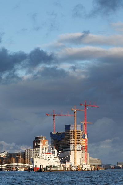 Baustelle Elbphilharmonie mit Cap San Diego Hamburg
