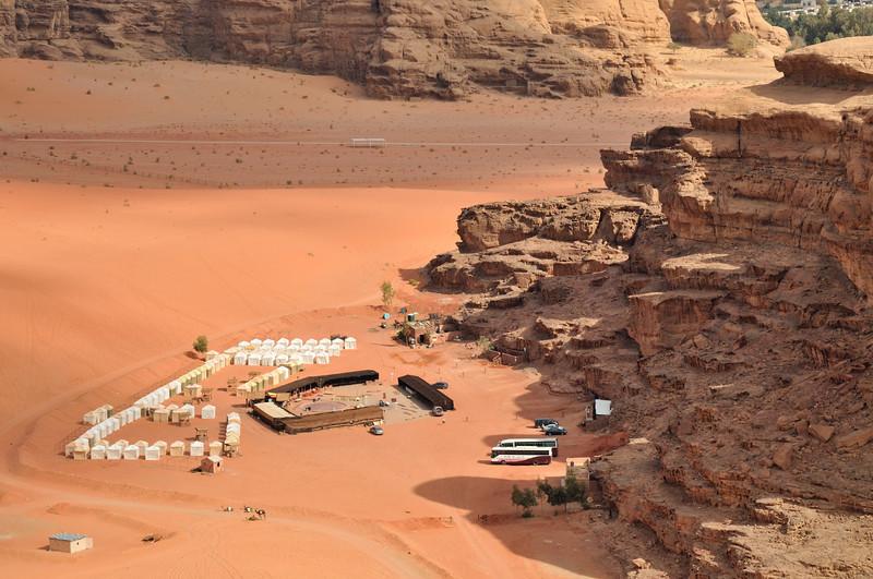 Im Microlight-Plane des Royal Aero Sports Club of Jordan über Wadi Rum: Typisches Touristencamp. Das Wadi Rum ist eine beeindruckende Wüstenlandschaft im Süden von Jordanien, die einst die zweiten Heimat des britischen Archäologen, Geheimagenten und Schriftstellers T.E. Lawrence war (Lawrence von Arabien).