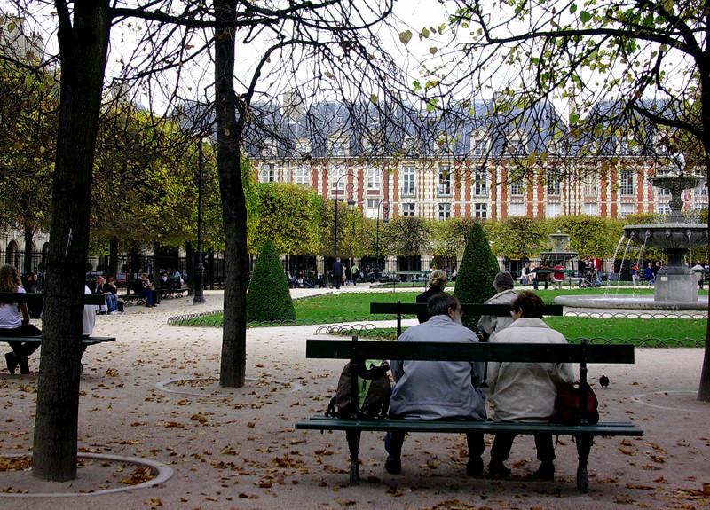 Par på benk i Place des Vosges (Foto: Ståle)