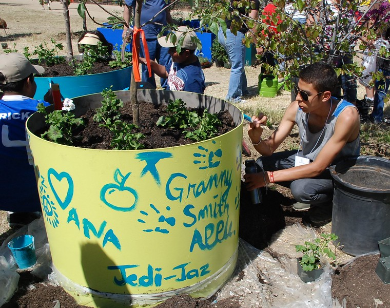 EarthDayLatino_FloraPlanting_2011--04-15_60.JPG