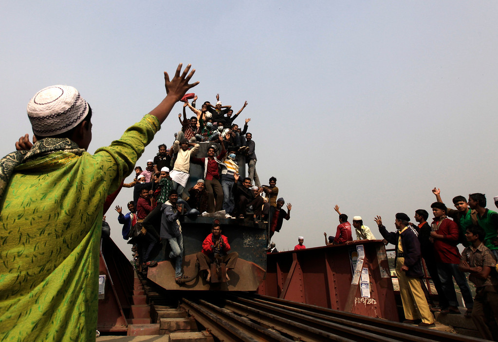. An overcrowded train carrying Muslims crosses a bridge after the final prayer ceremony of Bishwa Ijtema in Tongi, on the outskirts of Dhaka, January 13, 2013. REUTERS/Andrew Biraj