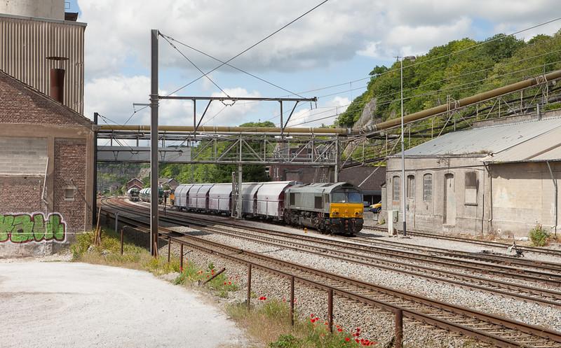 Railtraxx 1266 035 D-DISPO pulls the limestone loads 61441 (Hermalle 11:25 - Kinkempois 11:47) from the interchange yard in Hermalle s/Huy.