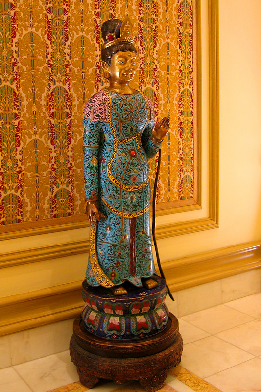 Asian statue in the Bellagio near the art gallery