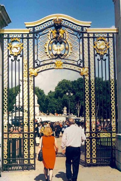 Gates to Buckingham Palace.jpg