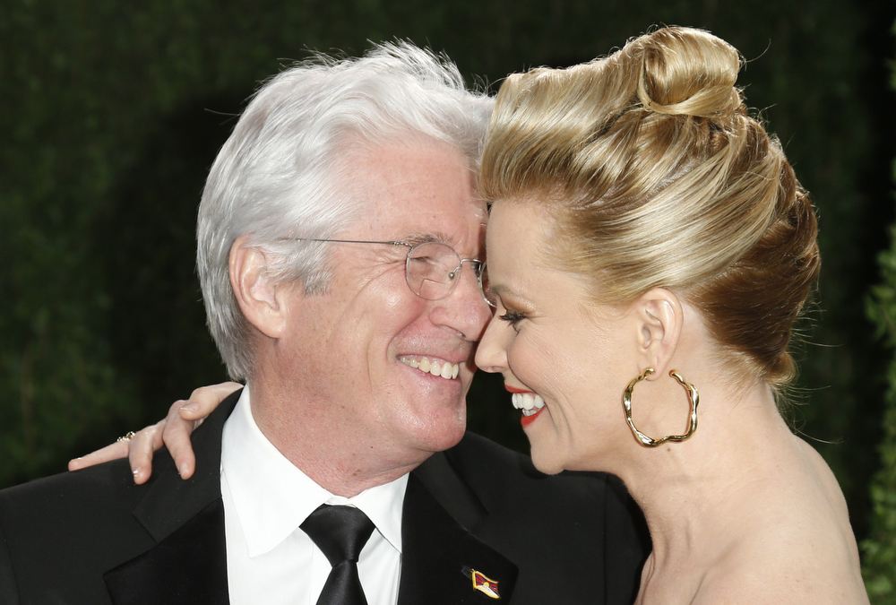 Description of . Richard Gere (L) and Elizabeth Banks at the 2013 Vanity Fair Oscars Party in West Hollywood, California February 24, 2013.  REUTERS/Danny Moloshok