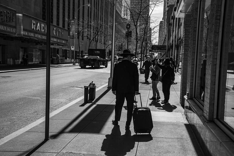 Med hat og kuffert