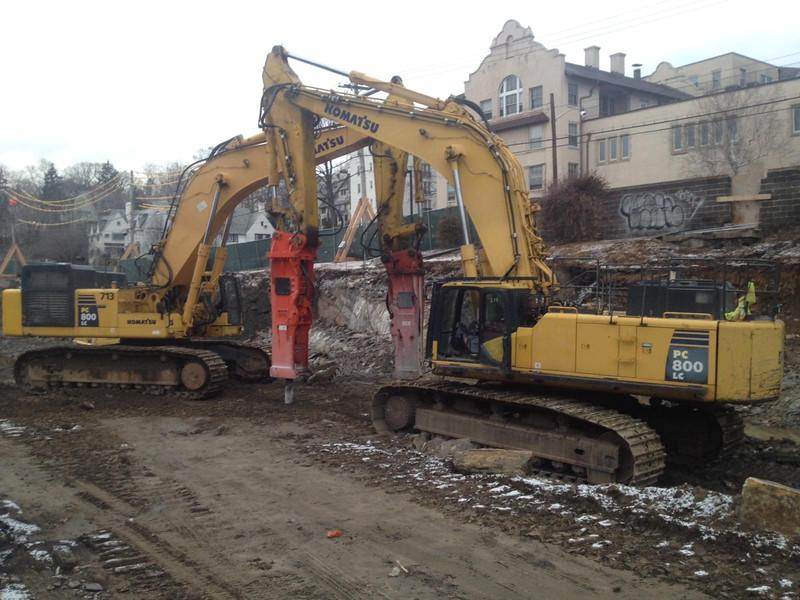 NPK GH40 hydraulic hammer on Komatsu excavator (12).jpg