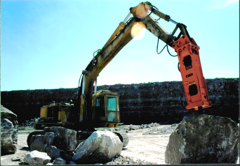 NPK E225 hydraulic hammer on Cat excavator at Marblehead quarry (8).JPG